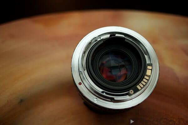 Mit einem rund 15 Euro teuren Adapter lassen sich alte Objektive weiter verwenden.