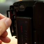 Speicherkarte im Slot einer Sony NX5E