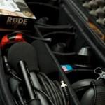 Kamerakoffer mit Mikrofonen, Objektiven und Kopfhörer