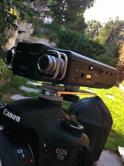 Field Recorder Tascam DR100 auf Blitzschuh einer EOS 7D