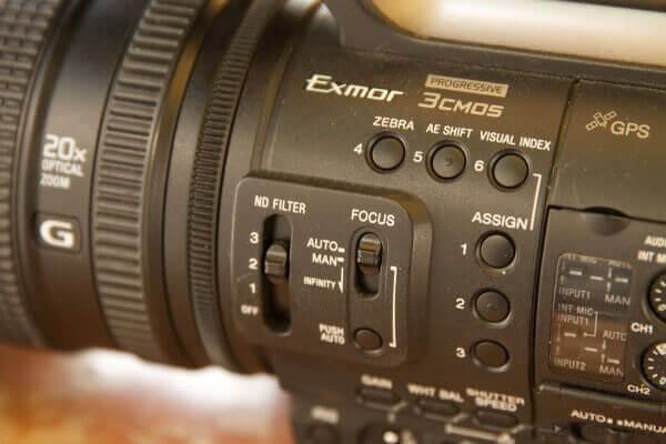 Bei VJ-Henkelmännern wie der Sony NX5e können Sie das Zebra per Knopfdruck zuschalten.