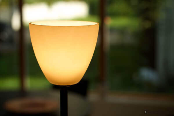 Die günstige Variante: Für ein Augenlicht tut es auch die Stehlampe im Wohnzimmer.