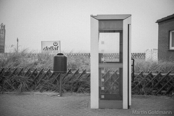 Borkums Telefonzellen, hier klassisch winddicht.