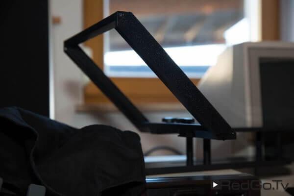 So sieht der Rahmen des Teleprompters aus. Die schwarze Abdeckung hält mit Klettbändern.