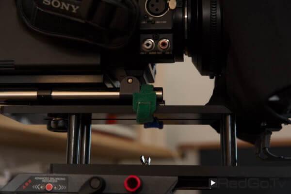 Sicherung: Die Befestigung der Kamera auf dem Teleprompter ist eine wackelige Angelegenheit. Ich helfe mit Klettbändern nach.