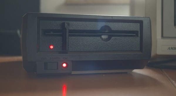 Die Atari Floppy 1050 im Gegenlicht, aufgenommen mit der Sony PMW F3 und einer Enna Lithagon.