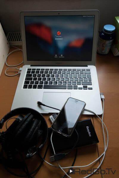 So sah mein Sendezentrum für die Konferenz aus: iPhone, Macbook Air, Kopfhörer und Akkupower.