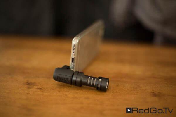 Das Rode Videomic ME wird seitlich am Telefon statt eines Kopfhörers angeschlossen.