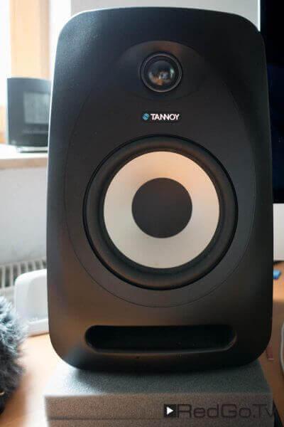 Für den Ton sorgen zwei Tannoy Reveal 502 Monitor-Lautsprecher.