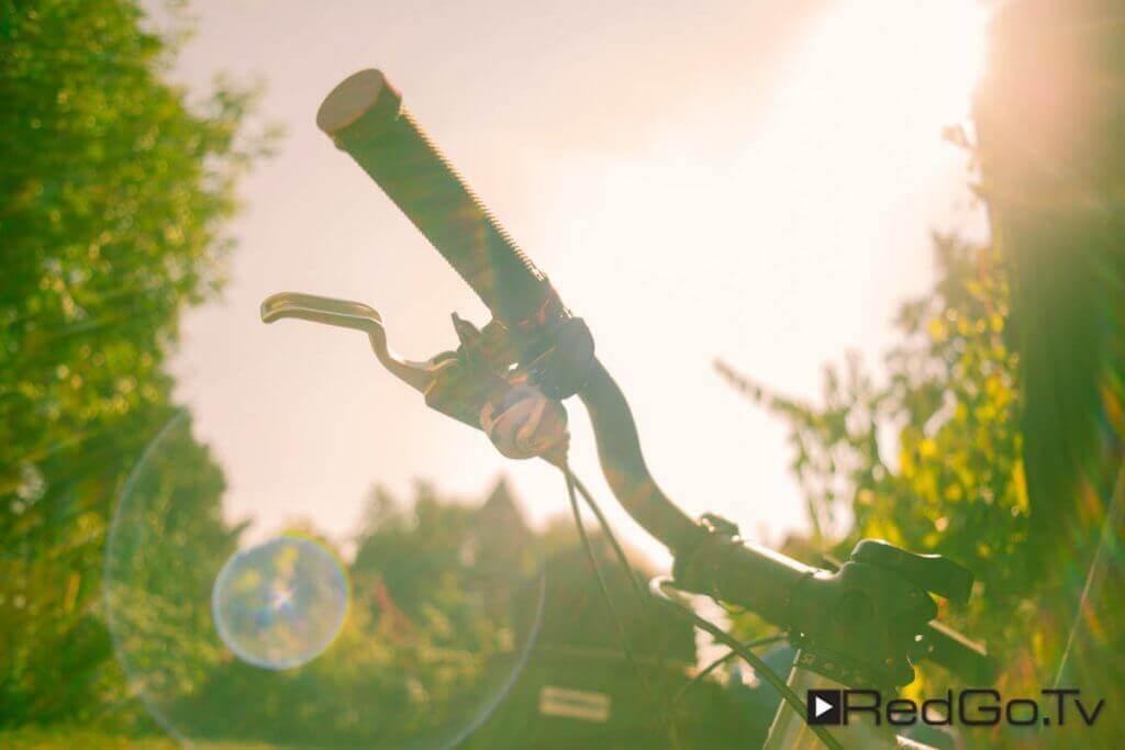 Lenker eines Mountain Bike im Gegenlicht