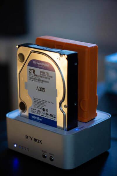 Zwei Festplatten zur Datensicherung in einem Dock