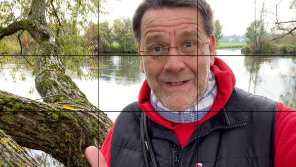 Schaubild Drittelregel: Martin Goldmann bei einem Aufsager. Im Hintergrund ein Fluss.