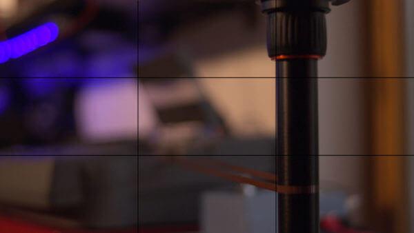 Stativ vor einem Kassettenrekorder (unscharf)