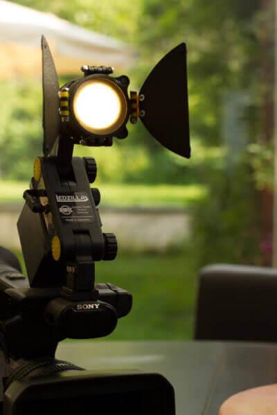 Kopflicht, aufgesteckt auf Kamera