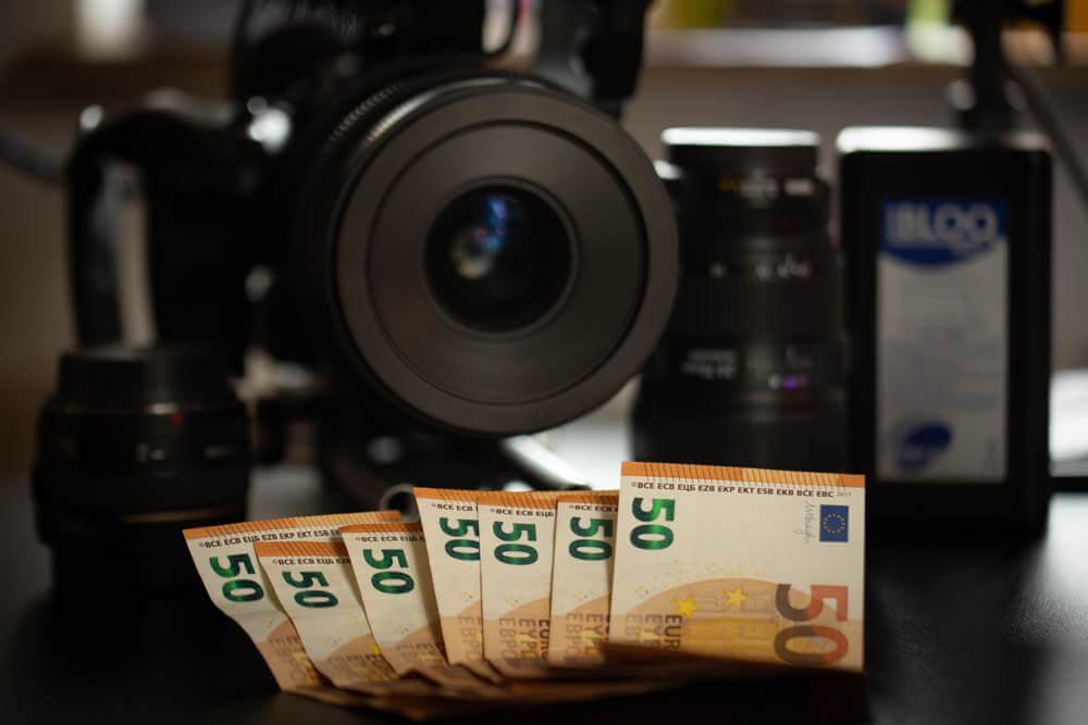 Geldscheine vor einer Kamera