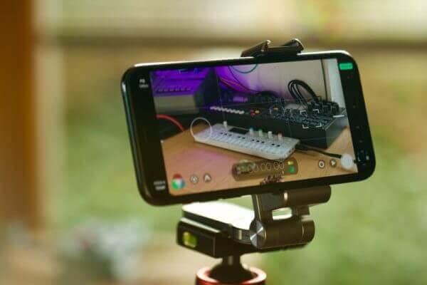 Handy in Smallrig Stativhalterung auf Fotostativ