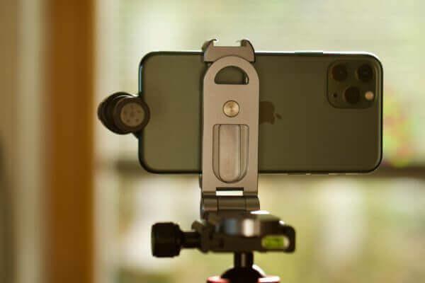 iPhone mit Mikrofon auf Smallrig Halterung