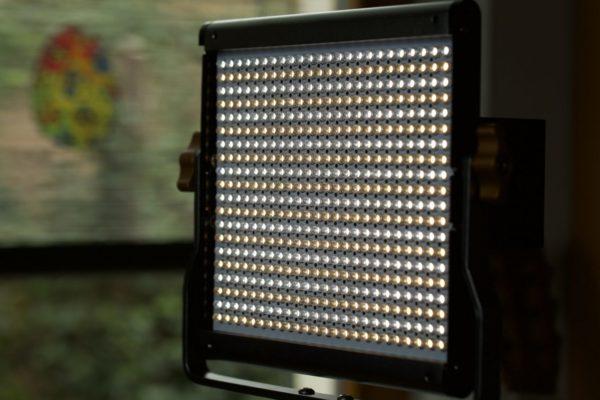 Die zwei Farben der LED Leuchte Orange und kaltweiß