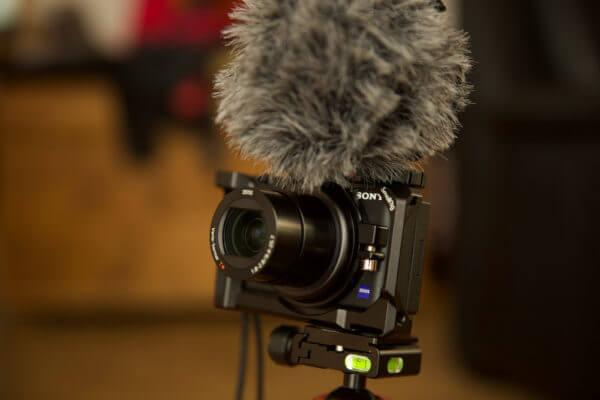 Sony ZV-1 mit externen Mikrofon auf Stativ